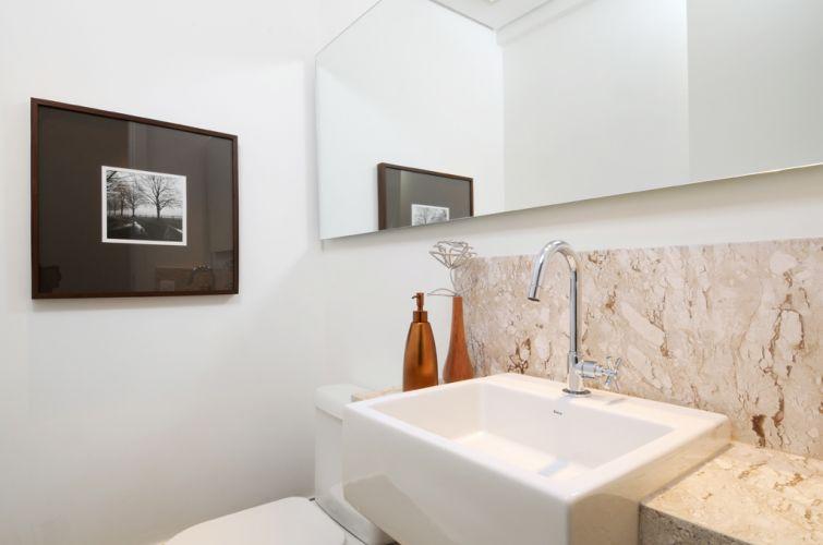 O lavabo do apartamento de 150 m² no Cambuí, em Campinas (SP), tem bancada de mármore travertino. A decoração é assinada pela arquiteta Elaine Carvalho