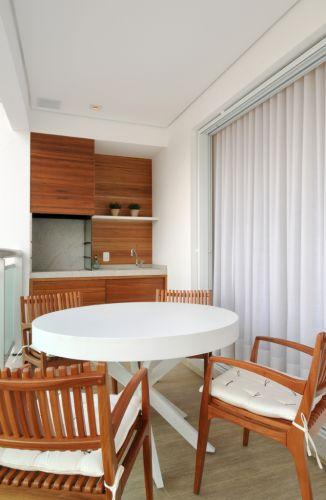 Com espaço gourmet, a varanda ganhou um ar mais rústico que os interiores pela larga utilização de móveis de madeira. O apartamento de 150 m² no Cambuí, em Campinas (SP), tem decoração assinada pela arquiteta Elaine Carvalho