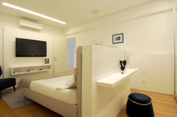 Desenhada pelo escritório da arquiteta Elaine Carvalho, a cabeceira da cama funciona também como uma mesa para maquiagem. O apartamento de 150 m² fica no bairro do Cambuí, em Campinas (SP)