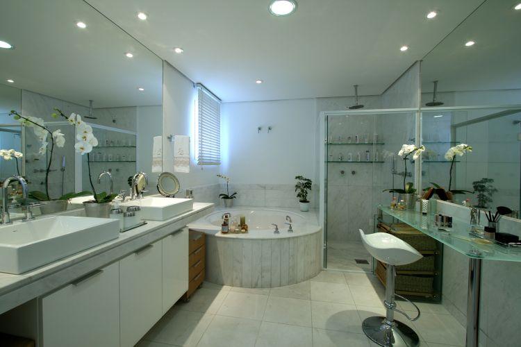 Banheiros Projetos que vão muito além do chuveiro  Casa e Decoração  UOL M -> Um Banheiro Com Banheira