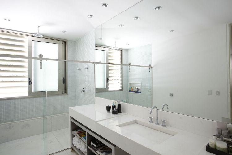 Banheiros Projetos que vão muito além do chuveiro  Casa e Decoração  UOL M -> Banheiro Pequeno Com Espelho Ate O Teto