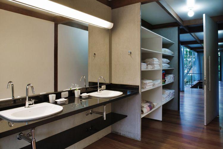 Banheiros projetos que não utilizam azulejos em todo o revestimento  Casa e -> Pia Dupla Banheiro Tamanho