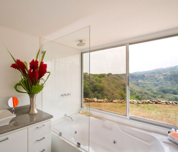 A suíte principal tem banheira de hidromassagem, localizada em um ponto com vista privilegiada