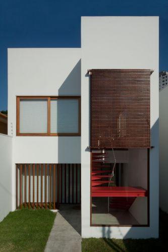 A escada metálica vermelha é o principal destaque arquitetônico adicionado à edificação. É por meio dela que se faz o acesso ao primeiro pavimento, onde ficam o ambiente de estar, jantar e cozinha, e o ateliê