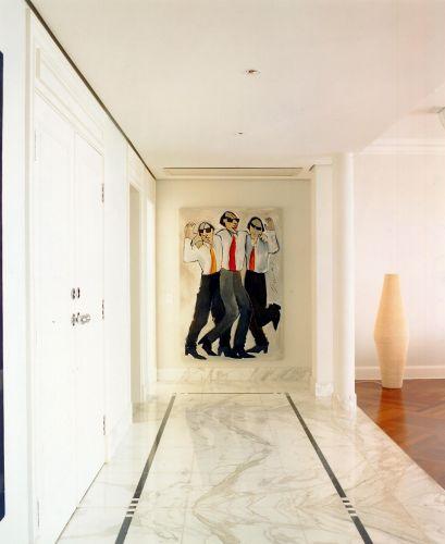 Na galeria, a nobreza do mármore destaca-se em confronto com o piso de madeira em tom avermelhado