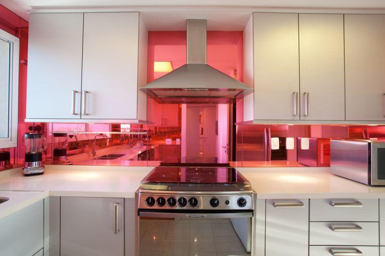 Brunete Fracarolli inova na ambientação da cozinha ao usar espelho revestido com película para refletir ampliar e colorir o espaço