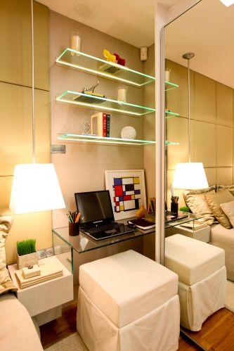 A preocupação da arquiteta Camila Klein ao idealizar o projeto de interiores do apartamento foi dar leveza ao nicho para notebook localizado no canto do quarto. Daí as prateleiras de vidro e o espelho na porta do armário. O espaço é complementado pelo pufe de sarja branco (Arredatori). Lustre Light Center