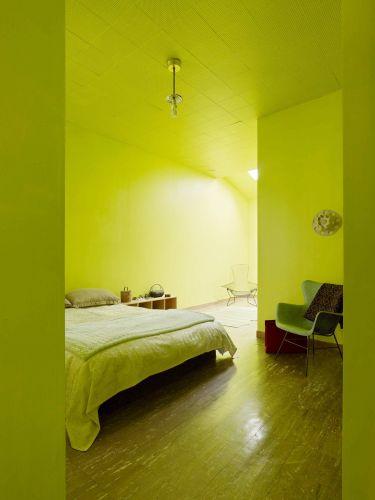 O quarto da casa de 1907 em São Francisco, Califórnia, foi pintado do chão ao teto em verde-limão. O ambiente ganha luz intensa por uma claraboia em uma das extremidades. Um dos destaques do comedido mobiliário é a cadeira