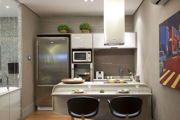 Ana Bartira Brancante criou uma pequena cozinha para o Loft Tecnológico da Casa Cor 2011. À esquerda, um painel permite que o morador confira o consumo dos eletrodomésticos utilizados em todo o ambiente. A 25ª edição da Casa Cor fica em cartaz no Jockey Club de São Paulo de 24 de maio a 12 de julho de 2011 (24/05/2011)
