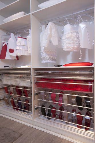 Criadas pela estilista Alessandra Lanzeloti, as roupas de papel marcam o closet da Suíte da Menina Vaidosa, na Casa Cor 2011. O espaço foi desenvolvido pela arquiteta Clélia Regina Angelo. A exposição fica em cartaz no Jockey Club de São Paulo de 24 de maio a 12 de julho de 2011 (24/05/2011)