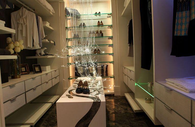 Closet e Banheiro do Casal projetados por Elôa Pellizzari e Walkiria Nossol L. da Rosa para a 18ª edição da Casa Cor Paraná, aberta ao público de 10 de junho a 19 de julho de 2011, em Curitiba