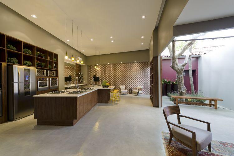 CASA BOA MESA: Cozinha Gourmet, assinada por Deborah Roig. O espaço foi escolhido como o melhor ambiente dedicado ao cozinhar e receber A Casa Cor Trio reúne três mostras sobre os temas
