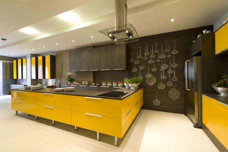 CASA BOA MESA: Cozinha do Jovem Casal, projetada pela arquiteta Lia Cimadon. O ambiente é inspirado em construções mediterrâneas e tem a cor amarela como destaque cromático A Casa Cor Trio reúne três mostras sobre os temas