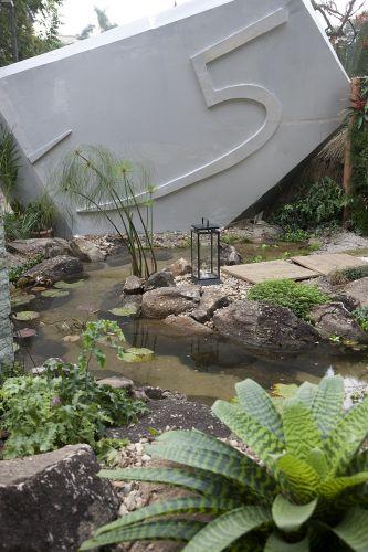 Jardim da Vila, de Mari Polesi, integra algumas construções como a capela e residências da Casa Cor. Com cerca de 1.000 m², o ambiente é dividido em dois: