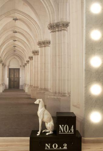 Detalhe do closet master projetado pelos arquitetos Ozair Riazo e Vanessa Garcia para a casa Cor Goiás 2011. A foto de uma construção italiana foi emoldurada com mármore e destacada com iluminação