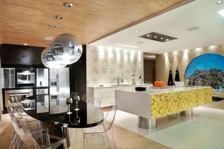 Projetada pela arquiteta Laciana Taquary, pela terceira vez na Casa Cor Goiás, a cozinha gourmet une minimalismo e toques regionalistas. Com 45 m², o espaço homenageia o cerrado brasileiro. A 15ª Casa Cor Goiás, em Goiânia, fica em cartaz de 13 de maio a 21 de junho
