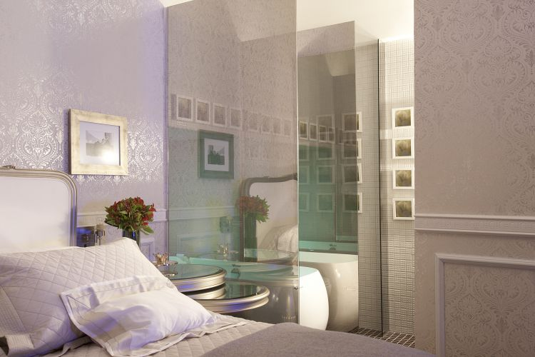 A suíte criada por João Meirelles e Isabela Augusto de Lima, na Casa Hotel, foi inspirada pela face íntima do cantor Ney Matogrosso. A cama ampla é o elemento que mais revela o homenageado, enquanto o papel de parede exuberante lembra o