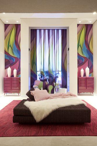 Com pé direito altíssimo, o centro do estúdio que homenageia o designer egípcio Karim Rashid detém a área de dormir que, também, pode servir como recepção. Na Casa Hotel, o ambiente foi desenvolvido por Angela Tasca. A mostra segue até 12 de julho de 2011, na capital paulista