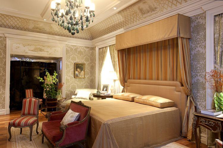 Inspirada em um quarto de hotel parisiense, a suíte em homenagem à bailarina Ana Botafogo tem assinatura do arquiteto Allan Malouf. Um dos destaques do ambiente é o forro de gesso pintado à mão. A Casa Hotel está aberta ao público até 12 de julho de 2011 no Jockey Club de São Paulo