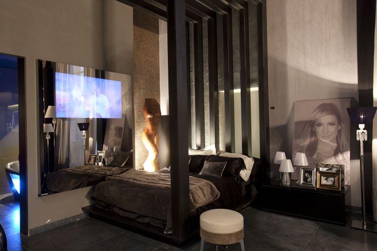 Na suíte criada por Karina Afonso e que homenageia Claudia Leitte tem predominância de tons de preto e grafite. O ambiente faz parte da Casa Hotel, mostra de arquitetura, design de interiores, decoração e paisagismo voltada ao mercado hoteleiro e que acontece em paralelo com a Casa Hotel, em São Paulo, até 12 de julho de 2011