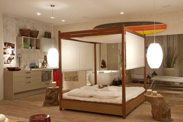 O ambiente rústico com detalhes luxuosos foi aposta de Simone Goltcher, que utilizou materiais como bambu e madeira de demolição. A