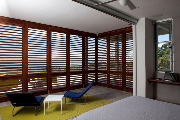 Grandes planos de vidro, brises e venezianas ajudam a manter o conforto térmico da construção. Na Península de Osa, Costa Rica, a