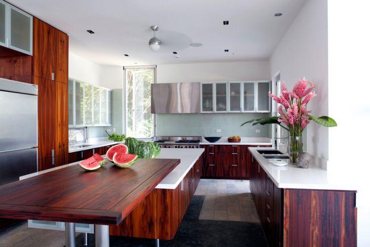 A cozinha bem iluminada, ganha em aconchego com a utilização da madeira avermelhada. Na Península de Osa, Costa Rica, a