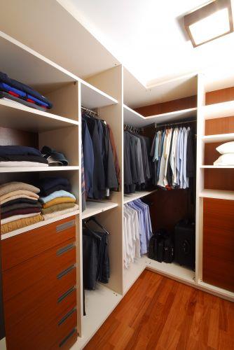 Projetado pelo escritório Madá Campos Arquitetura, esse closet tem armários da Ornare. Foi desenhado para um casal. É todo revestido com MDF, possui puxadores embutidos, gaveteiros e muitas prateleiras. Sem portas nos módulos, o espaço é separado do dormitório apenas por uma porta de correr