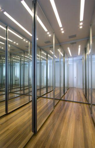 O closet estreito parece maior devido à quantidade de espelhos que revestem as portas dos armários da Ornare. O projeto é da arquiteta e decoradora Sueli Adorni. O piso foi feito de madeira cumaru