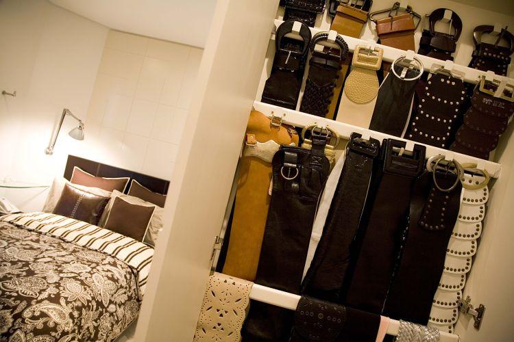 No closet desenvolvido pela arquiteta Moema Wertheimer, da MWA Arquitetura, há um espaço reservado para todos os cintos da proprietária