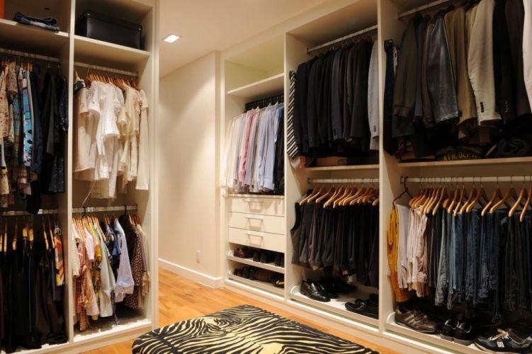 Da Triplex Arquitetura, o projeto deste closet tem móveis da Kitchens. A cliente, a modelo Isabella Fiorentino, pediu muitos cabideiros, gavetas e bastante espaço para acessórios, sapatos e bolsas