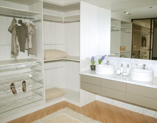 Closet da Evviva Bertolini, loja de Brasília. Foi projetado pelo designer José Ferro, que escolheu o MDF como material para compor os armários. O projeto possui 17 m² e a iluminação foi realizada pela Interpam