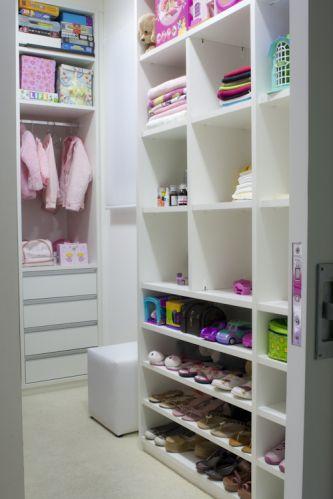 A arquiteta e decoradora Beatriz Dutra criou casulos para este closet infantil. Como as roupas para crianças são pequenas, o cabideiro não precisou ser tão extenso e deu lugar a um gaveteiro. O espaço conta, ainda, com uma sapateira, prateleiras e um pufe auxiliar