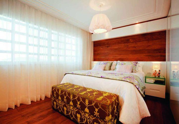 No quarto da filha, um painel que combina peroba e laca branca sustenta os criados-mudos. Os puxadores dos móveis de apoio são