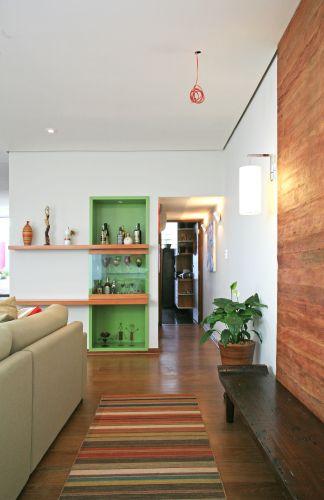 Onde havia um armário embutido, acoplou-se o bar, que ganhou cor com o acabamento de laca verde e luz com a instalação de lâmpadas halógenas embutidas na marcenaria