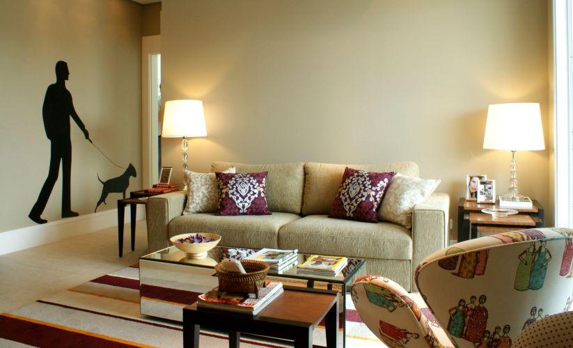 O sofá de dois lugares e outra poltrona Swan, com forração estampada, compõem o estar. Como apoio, mesas laterais recolhíveis (da Grado) e de centro espelhada. Na parede do hall, adesivo da Coisas da Dóris revela a porta de entrada