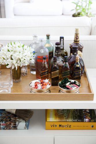 Detalhes que fazem a diferença: bandeja Érea sobre móvel de bar desenhado pela Casual Interiores