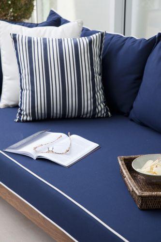 Detalhe do estofamento (da Again) do mobiliário de linhas retas e madeira natural da Casual Exteriores, na única cor que o arquiteto elegeu para compor com os tons claros dominantes dos ambientes, o azul