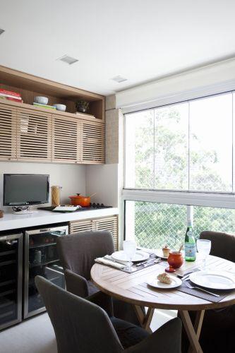 Na área reservada à varanda gourmet toda a marcenaria dos armários ficou por conta do arquiteto Dado Castello Branco, autor do projeto de decoração do apartamento de 250 m2. Complementam o espaço a mesa Casual Exteriores e as poltronas Artefacto