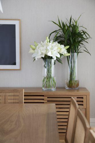 A sala de jantar reforça a preferência do arquiteto Dado Castello Branco pela marcenaria de aparência natural. Mesa, cadeiras e aparador da Etel Interiores. Para alegrar o ambiente, vasos da LS