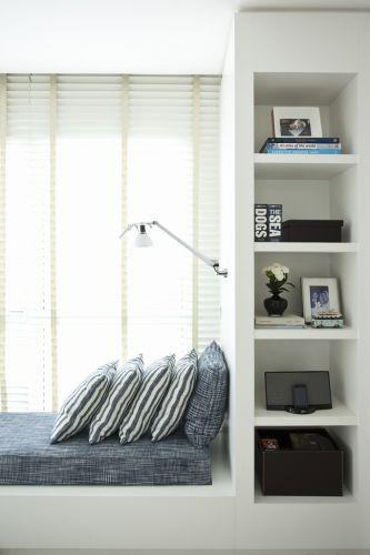 No mezanino, Dado criou um ambiente confortável e com toque de cor presente no azul na tapeçaria Treuni. O ambiente é iluminado pela presença das duas janelas, mas também tira partido da luminária embutida da Lumini