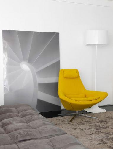 Na sala de TV, a poltrona Metropolitan em amarelo citrino divide o espaço com a foto feita por Valentino Fialdini e impressa em metacrilato