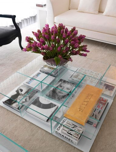 Destaque para a mesa italiana em vidro que ocupa o centro do living e abriga livros e revistas de arte, moda e cultura
