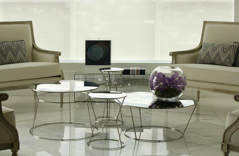 O lounge ocupa a área onde originalmente era a varanda do apartamento. O piso de mármore estampado foi trocado por outro, do mesmo material, mas branco