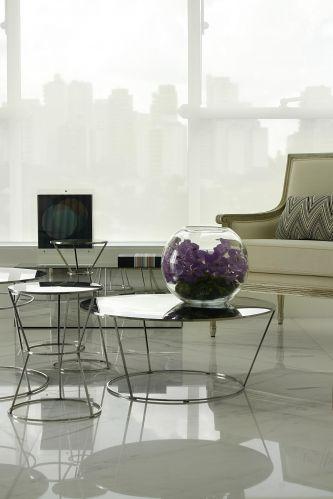 Para ocultar a área envidraçada e filtrar a luz natural, o arquiteto Diego Revollo decidiu usar telas solares brancas, instaladas em cortineiros. O lounge do apartamento no Pacaembu era, originalmente, a varanda do imóvel