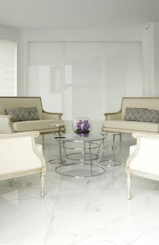 As poltronas foram feitas sob encomenda pela Christie Móveis. Revestidas de linho, as peças têm a estrutura com acabamento envelhecido na cor prata. As almofadas sobre elas foram confeccionadas com tecidos Missoni. As mesas são de inox, produzidas pela Erea