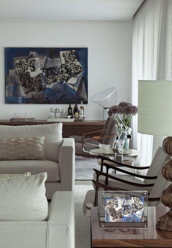 No prolongamento do estar, criou-se um pequeno lounge confortável que também faz as vezes de recanto de leitura, com estante baixa e destaque para a tela de Burle Marx, do Escritório de Arte Hilda Araújo