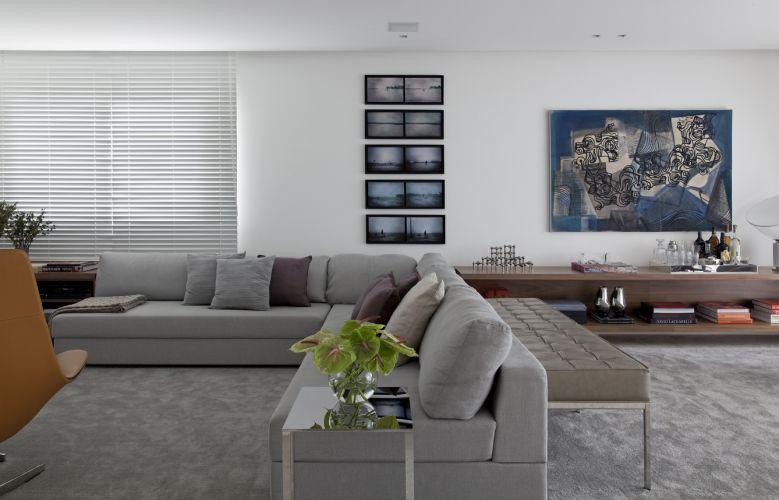 O sofá em L revestido com linho cinza, da Micasa, é o responsável pelo conforto do espaço reservado ao home theater