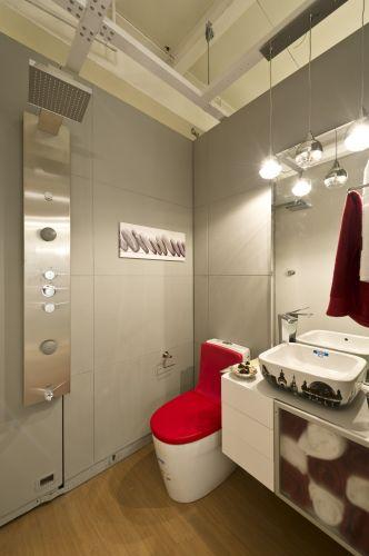 Banheiro da suíte Clássico Moderno, dos designers de interiores Solange Marchezinni e Jorge Paulinetti, apresentada na mostra Decora Etna. Com quatro lofts e 22 ambientes decorados, a mostra fica em cartaz de 1º de junho a 1º de setembro, em São Paulo