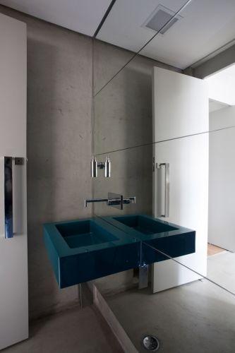 Este é um retrato do lavabo atual. Ele participa do contexto do restante do apartamento. A parede espelhada, presente em outros ambientes, dá a sensação de amplitude e intensifica a luz. A cuba da Vallvé e os metais cromados da linha Spin, da Deca, recebem os convidados com o mesmo requinte que o living